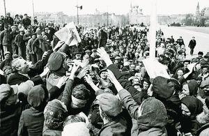 У звільнену Одесу надійшли перші радянські газети. Фотохроніка ТАРС, автор Марк Редькін. 12 квітня 1944 р.