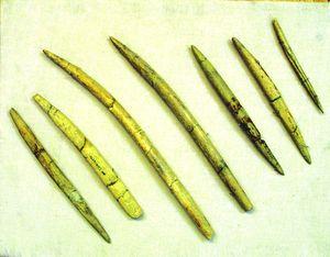 Амвросіївка. Кістяні наконечники списів